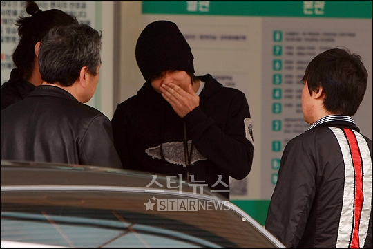 Lee Jin Sung of Monday Kiz at the hospital