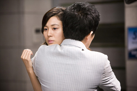Oh Seung Ah being hugged by her manager Jang Ki Joon