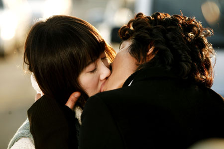 Joon Pyo and Jandi lock lips